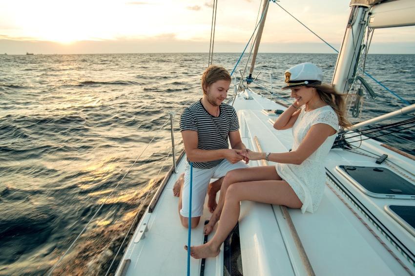 Mann macht Frau Hochzeitsantrag auf Segelboot - Heiratsantrag auf den Malediven
