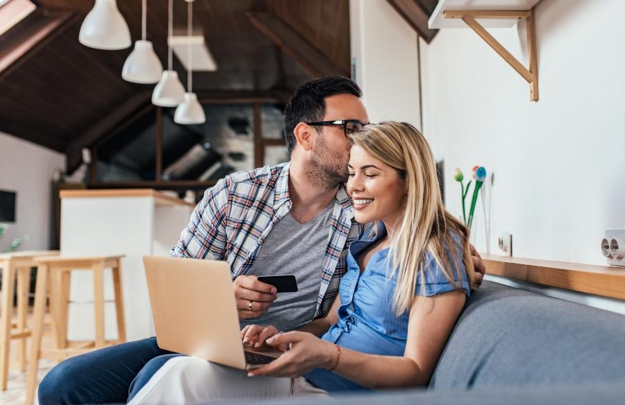 Junges Paar kauft online ein