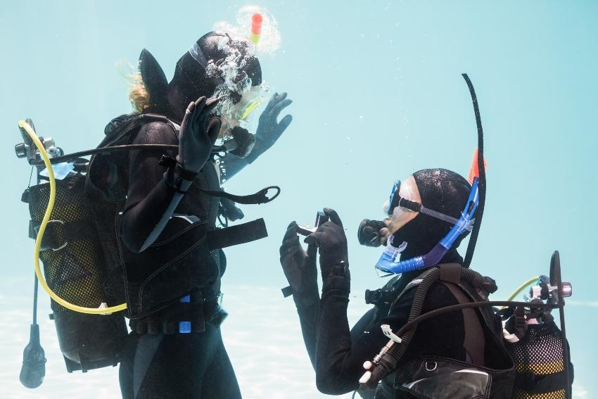 Taucherpaar, Hochzeitsantrag unter Wasser - Heiratsantrag auf den Malediven