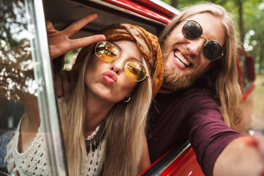 Hippie Paar im Transporter