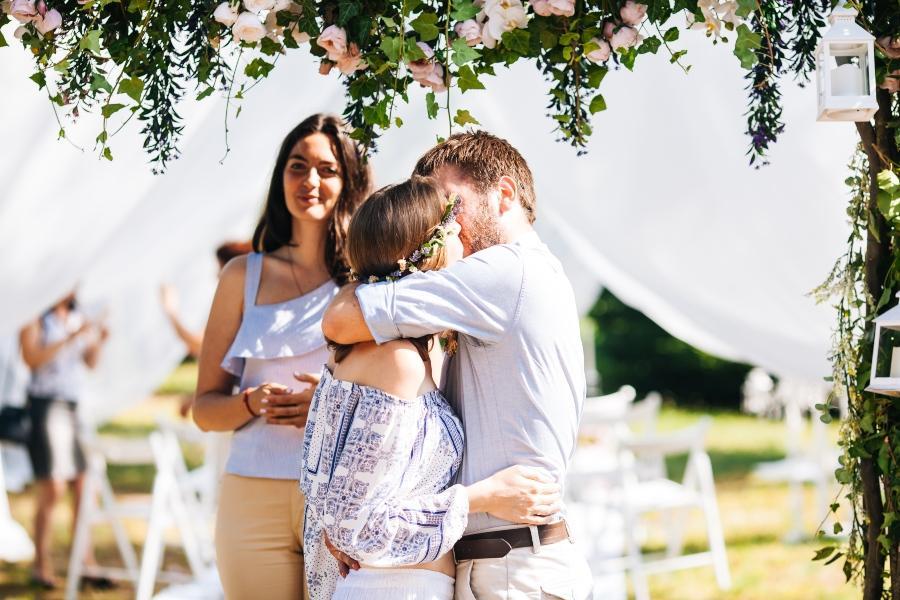 Junges Paar im Hippie Syle heiratet - Hippie-Hochzeit