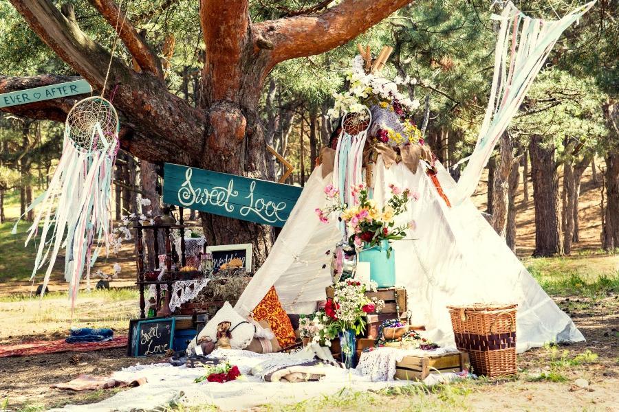 Traumfänger, Blumen, Natur - und viel Improvisationsraum bietet die Hippie-Hochzeit