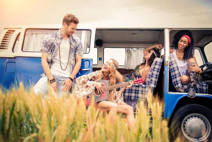 Zwei Hippie Paare im VW Bulli