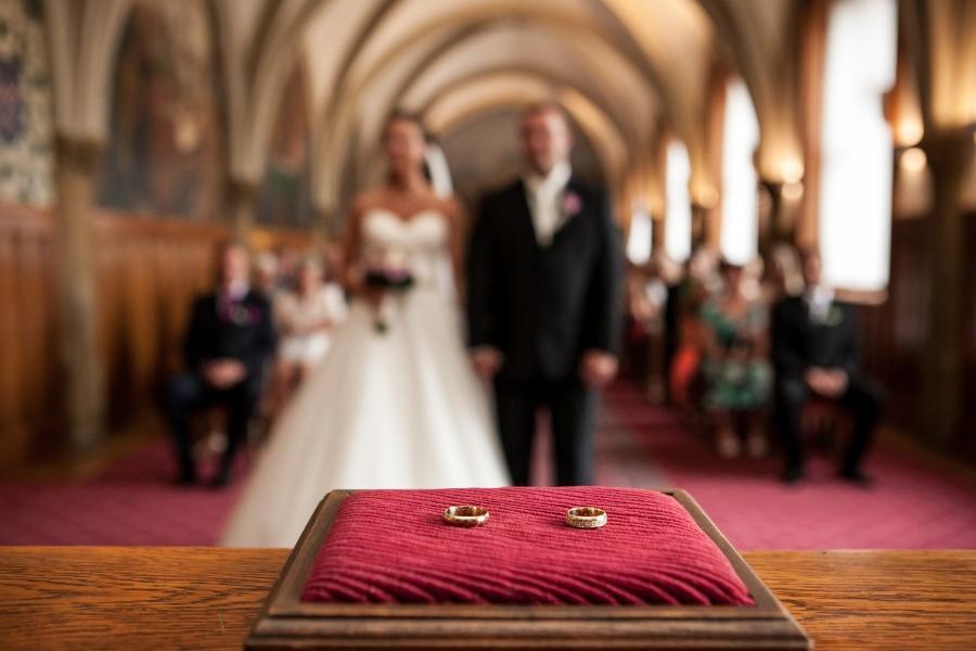 Hochzeitspaar in der Kirche - Ringgröße messen vor der Hochzeit ist sinnvoll