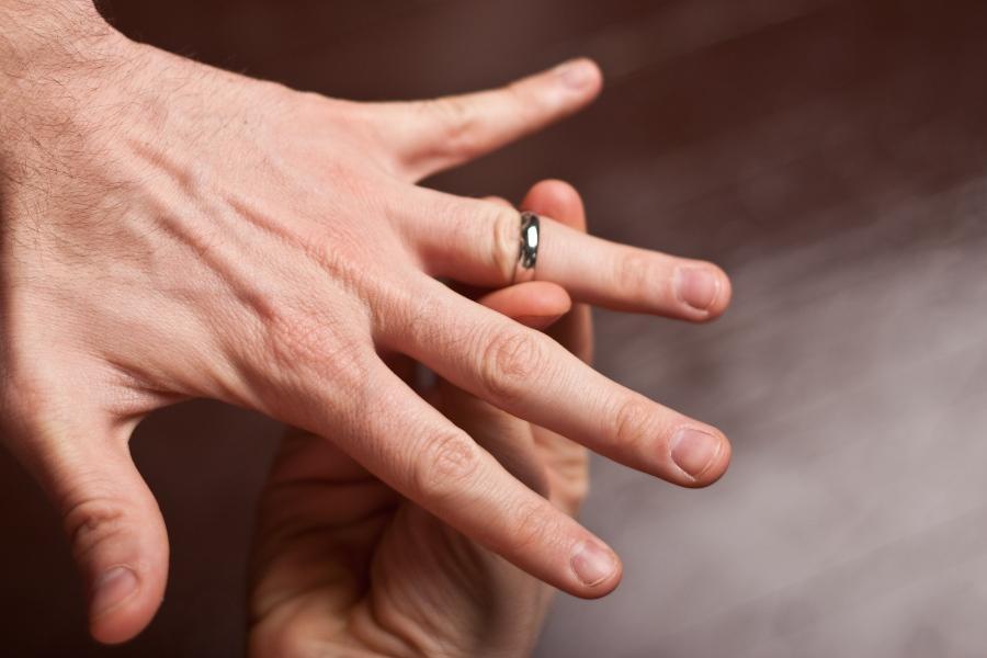 Ring passt nicht auf männliche Hand - Ringgröße messen ist wichtig