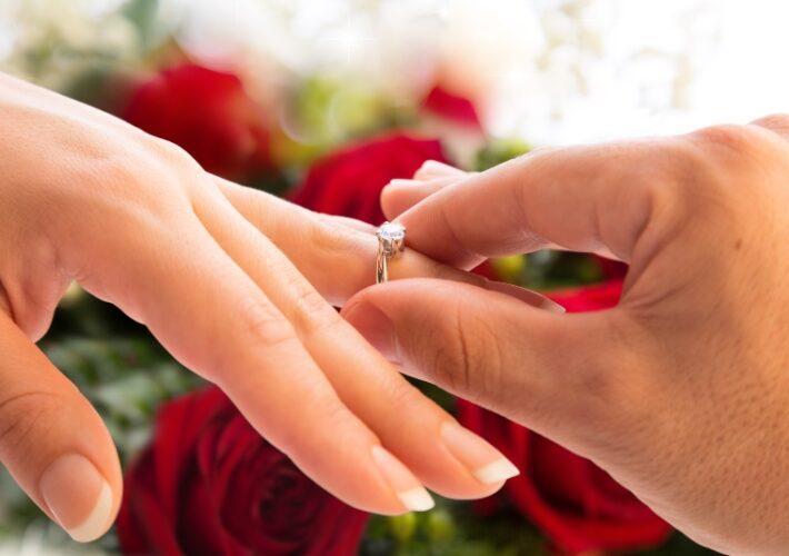 Verlobungsring an der Hand einer Frau - Ringgröße messen