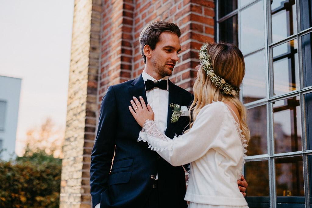 Junges Brautpaar schaut sich in die Augen - Wie viel kostet eine Hochzeit?