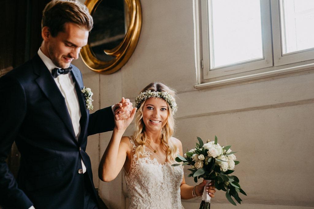 Hochzeitspaar läuft Treppe hinunter