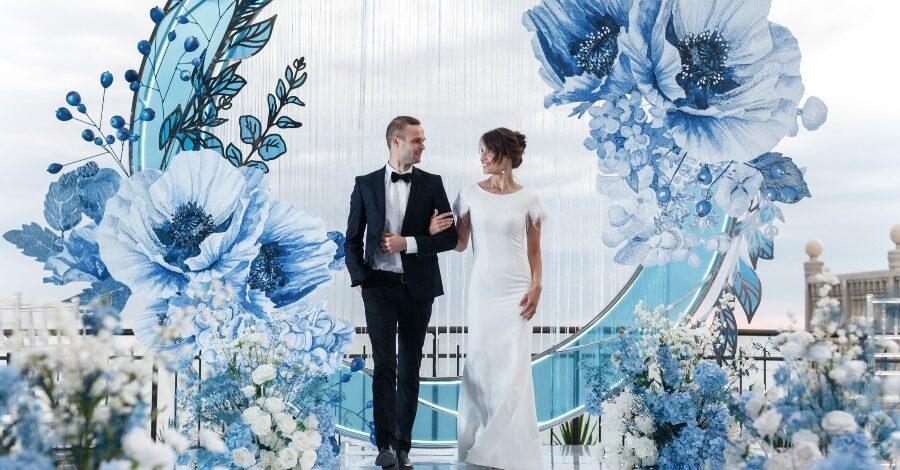 Brautpaar vor Blumenkulisse - Wie viel kostet eine Hochzeit
