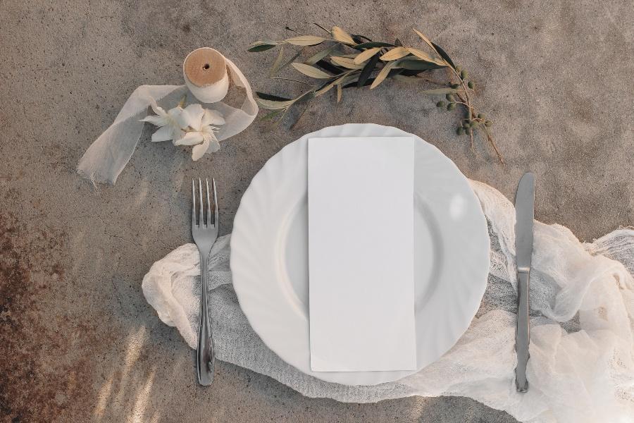 Eingedeckter Teller, Sanddekoration mit Olivenstrauch - Mediterrane Hochzeit