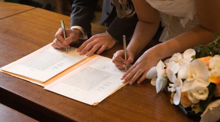 Unterschriften eines frisch vermählten Ehepaares - Hochzeit nachfeiern