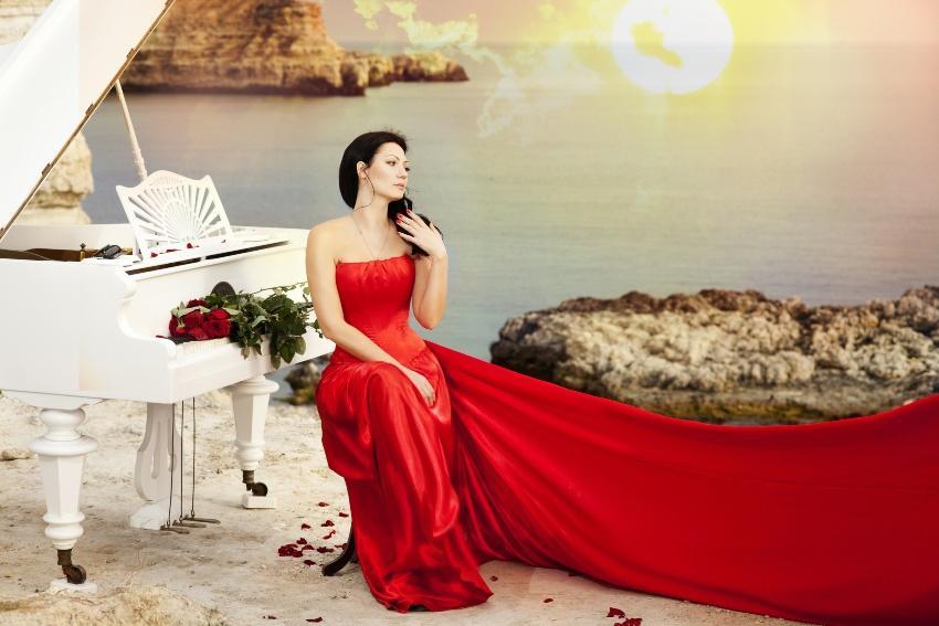 Braut in Rot sitzt am Piano - Farbkonzepte für Braut und Dekoration