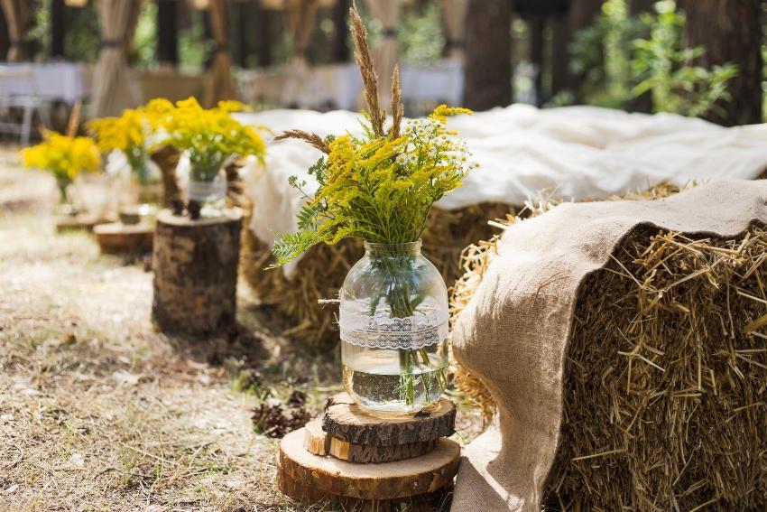 Strohballen und Blumendeko sind für eine moderne Landhochzeit sicherlich sehr passend