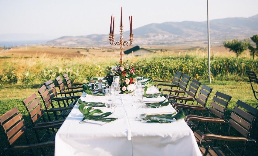 Tischdekoration für eine Hochzeit im Garten