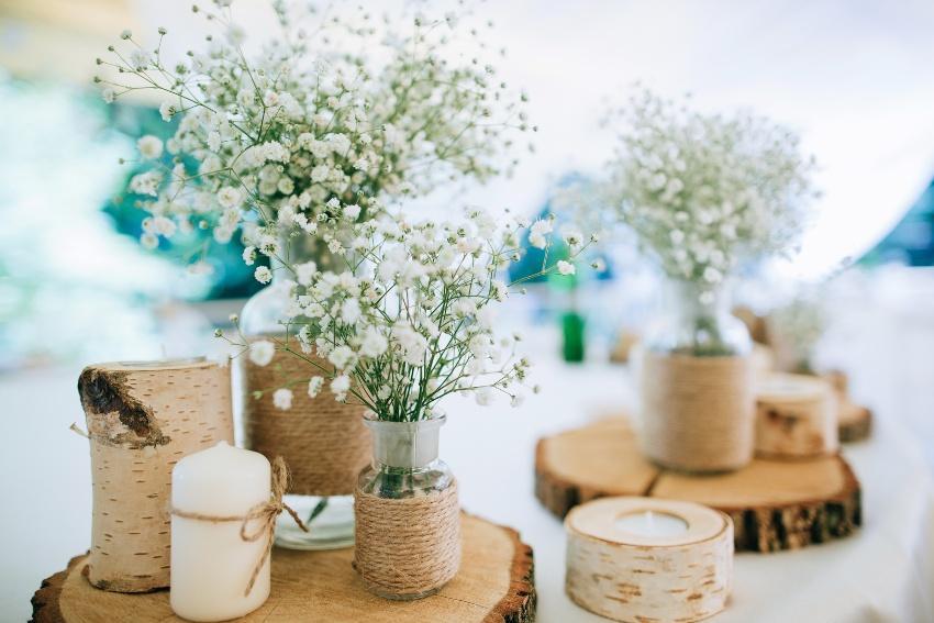 Natürliche Pflanzen und Deko-Objekte für die Eco Wedding