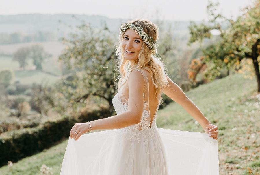 Braut mit Blumenkranz im Haar