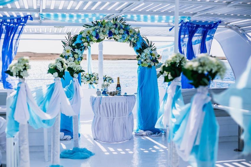 Blaue Hochzeitsdekoration, maritime Farbkonzepte , Meer im Hintergrund