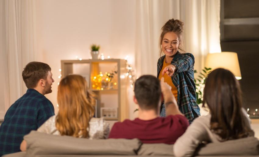 Fünf junge Leute haben Spaß beim spielerischen Zusammensein
