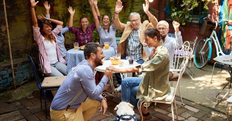 Verlobungsantrag vor Freunden und Familie - Verlobungsfeier