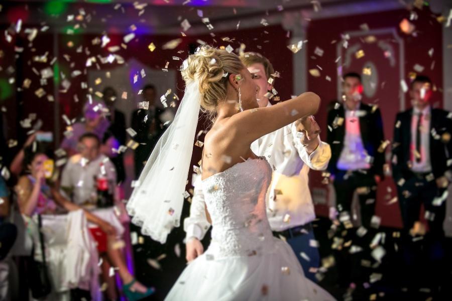 Brautpaar tanzt unter Konfetti