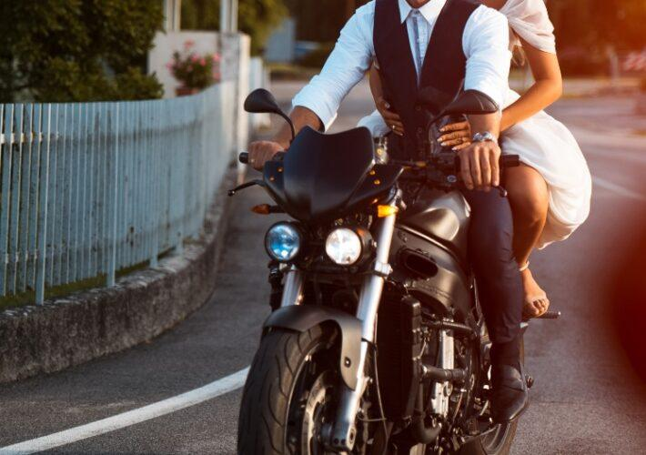 Hochzeitspaar auf Motorrad - Die moderne Hochzeit