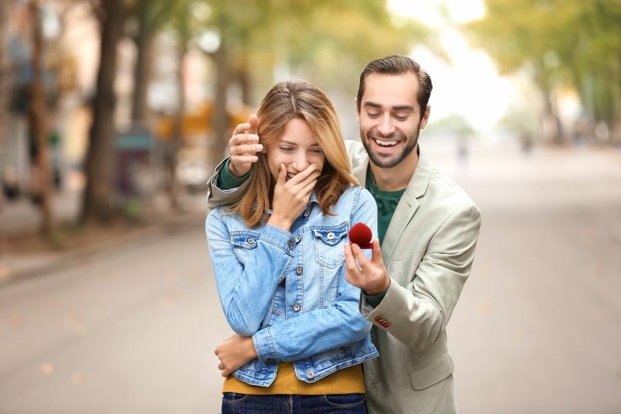 Mann macht Frau einen Heiratsantrag - Zeit zwischen Verlobung und Hochzeit