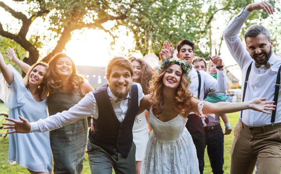 Hochzeitspaar feiert im Garten mit Gästen