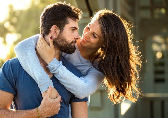 Glückliches verlobtes Paar - Zeit zwischen Verlobung und Hochzeit