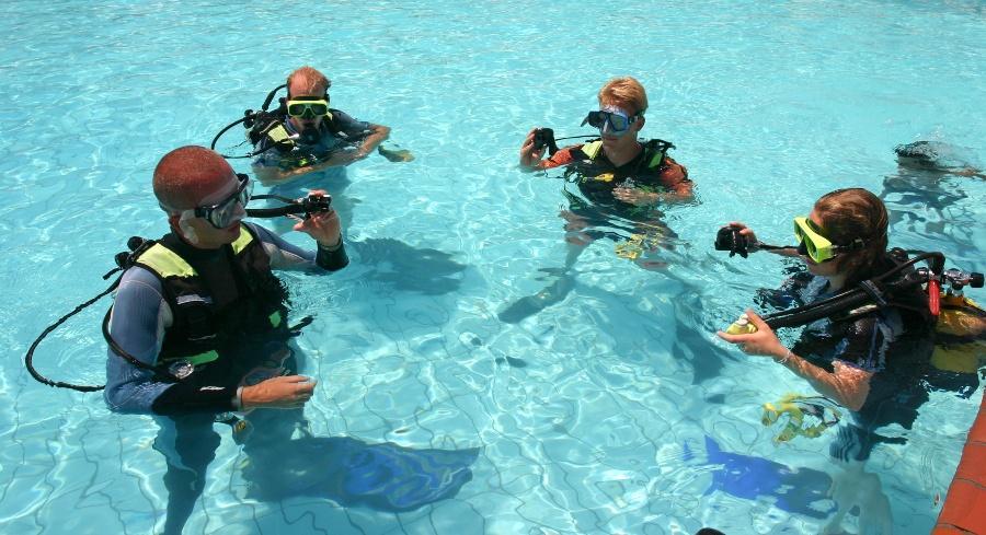 Tauchkurs einiger Leute im Schwimmbad