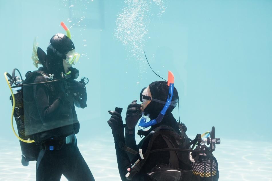 Zwei Taucher - Heiratsantrag unter Wasser