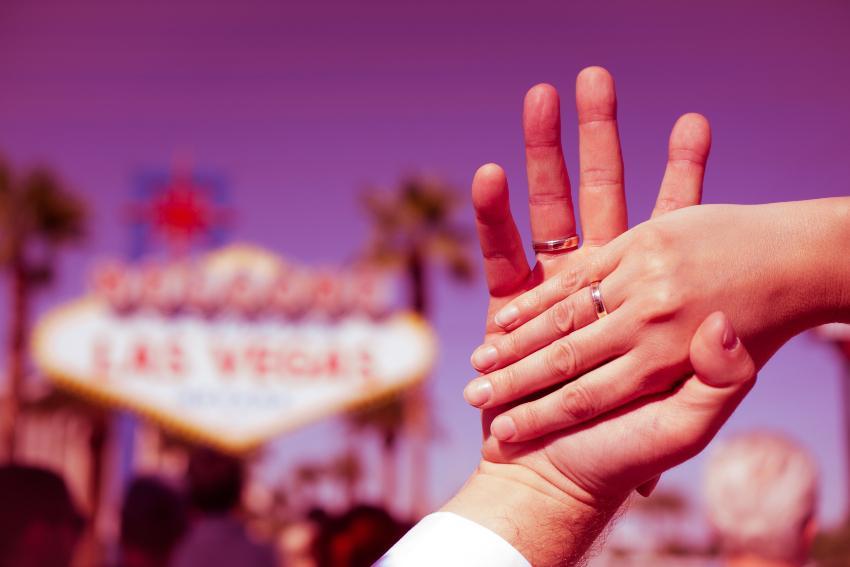 2 Hände mit Eheringen in Las Vegas