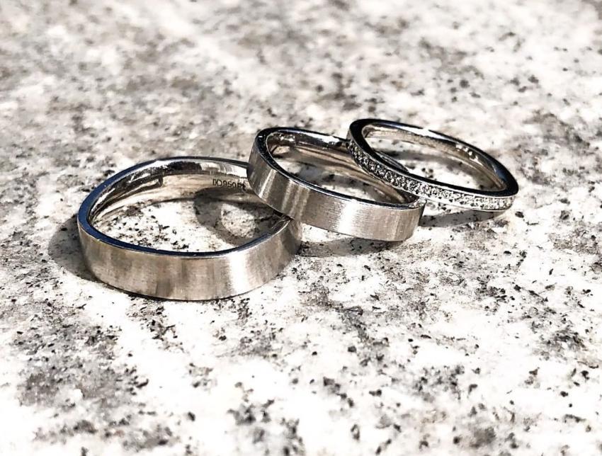 3 Ringe liegen im Sand