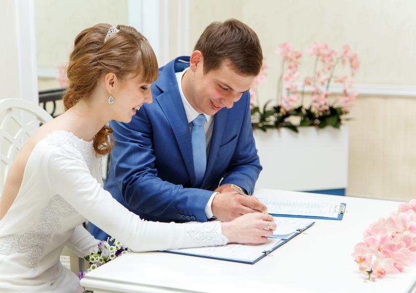 Pärchen heiratet alleine im Standesamt