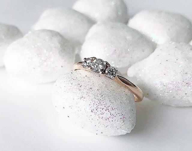 Ein Verlobungsring auf wird auf kleinen Steinen präsentiert