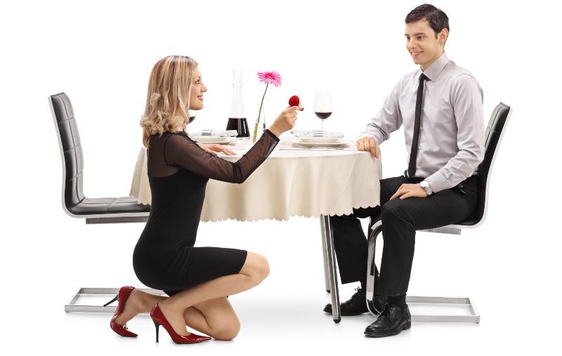 Frau macht Heiratsantrag am Esstisch