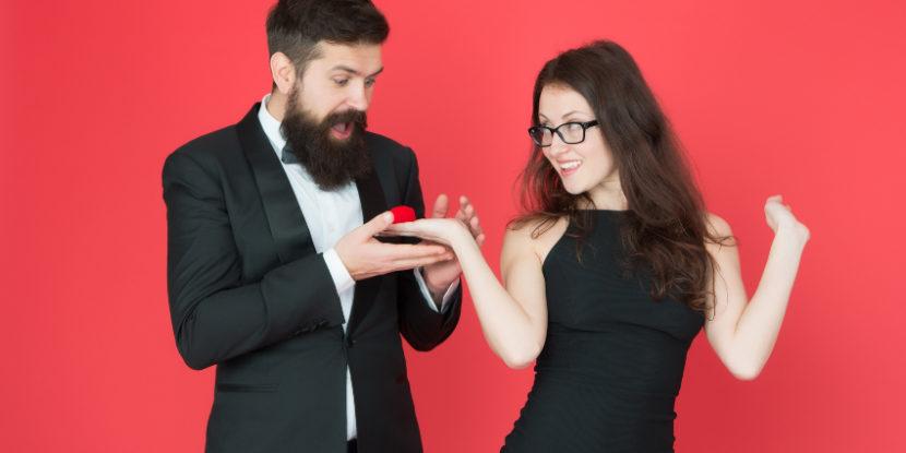 Junge Frau macht Heiratsantrag