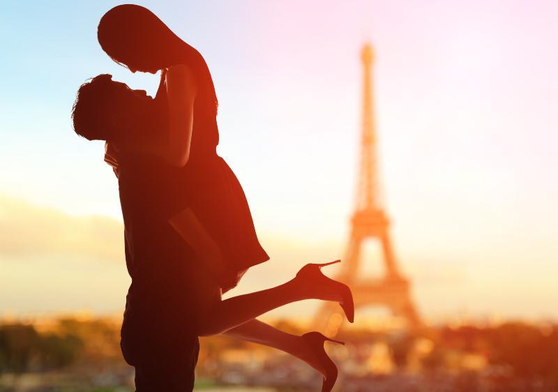 Glückliches Paar in Paris